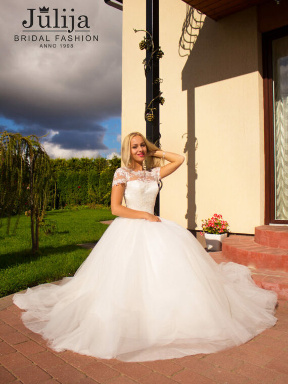Ball gown wedding dress, wears